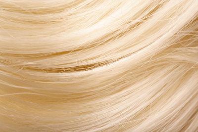 Schützen Sie Ihre Haare, wenn Sie regelmäßig Glätteisen verwenden, damit sie so schön glänzend bleiben.