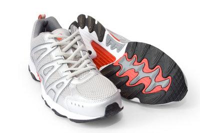 Schuhe mit Garantie können Sie beim Verkäufer und beim Hersteller reklamieren.