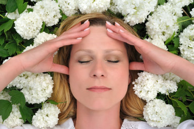 Akupressur kann eine gute Hilfe bei Migräne sein.