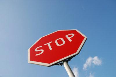 Der Unterschied zwischen Sicht- und Haltelinie ist bei einem Stopp-Schild wichtig