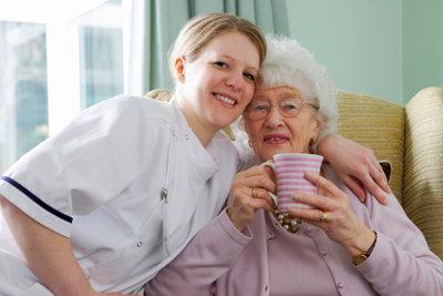 Pflegehelferin ist ein sehr verantwortungsvoller Beruf im sozialen Bereich.