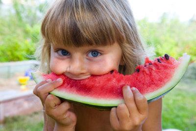 An heißen Tagen können Sie richtig viel Obst essen.