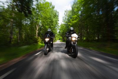 Mit der richtigen Regenbekleidung können Motorradtouren auch bei miesem Wetter Spaß machen.