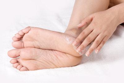Vaseline und Melkfett helfen beispielsweise bei Verhornungen.