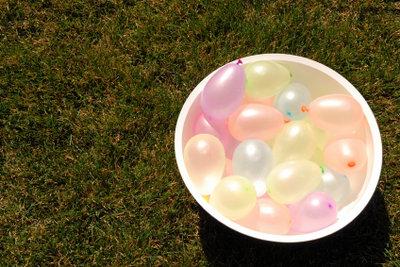Gefüllte Luftballons sind für Wasserspiele am Kindergeburtstag bestens geeignet.