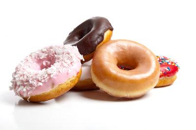 Servieren Sie leckere Donuts mit Füllung.