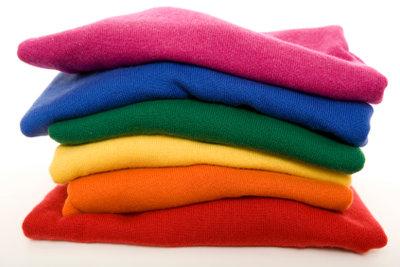 Farbenfrohe Pullover kann man selber nähen.