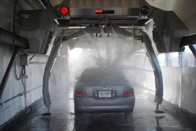 Bevor Sie Ihre Autoscheiben tönen, sollten Sie Ihr Fahrzeug gründlich reinigen.