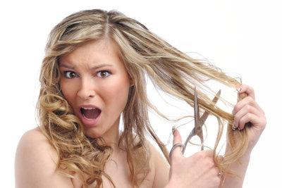 Bei Schorf auf der Kopfhaut das Haar nicht abschneiden, besser an eine Übersäuerung in sich denken.