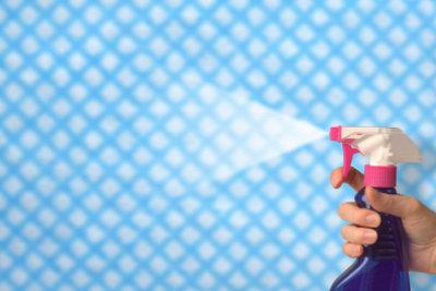 Silikonöl lässt sich durch einfache Reinigung nur sehr schwer entfernen.