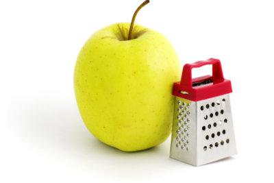 Bei Magenproblemen können Sie Äpfel reiben und sich somit wieder langsam an Nahrung gewöhnen.