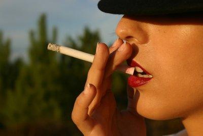 Raucherfinger benötigen regelmäßig ein Peeling, damit die Gelbfärbung keine Chance hat.