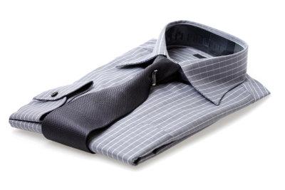 Steigen Sie um auf bügelfreie Hemden, mit der richtigen Pflege sparen Sie viel Zeit.