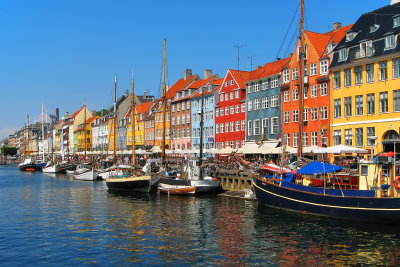 Kopenhagen Nyhavn - farbenfrohe Architektur spiegel die nordische Unbeschwertheit und Fröhlichkeit.