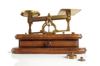 Eine Briefwaage hilft Ihnen, das Porto für Ihren DIN-A5-Brief zu berechnen.