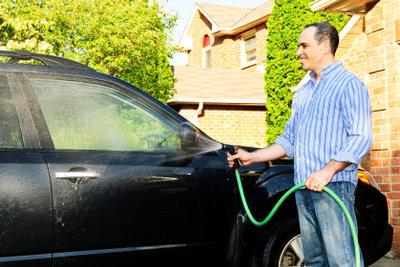 Beim Waschen des Autos sollten Sie nicht auf einen guten Autositzreiniger verzichten.