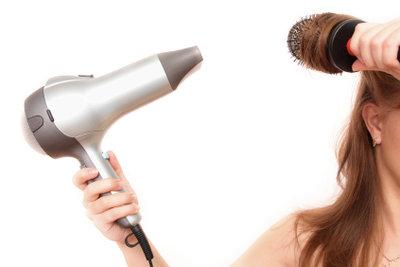 Mit der richtigen Föhntechnik hängen Ihre Haare nicht mehr platt herunter.