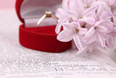 Der Verlobungsring ist ein wichtiges Symbol. Überreichen Sie ihn würdevoll.