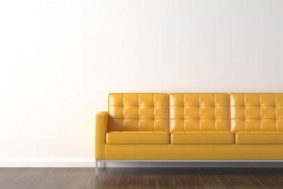 Eine Kunstleder-Couch können Sie einfach reinigen.