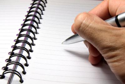 Zum Schreiben schöner Gedichte benötigt man Papier und einen Stift.