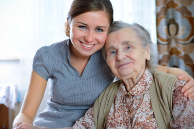 Kreatives Basteln bereitet den Senioren große Freude.
