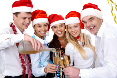 Wenn Sie ein unterhaltsames Programm für die Weihnachtsfeier gestalten, wird diese garantiert zu einem vollen Erfolg.