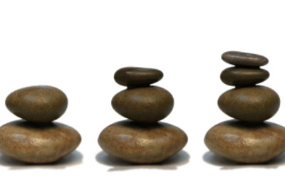 Mithilfe von Kleber können Sie aus Steinen Figuren bauen.