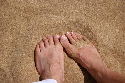 Ein eingewachsener Fußnagel kann mit Hausmitteln behandelt werden.