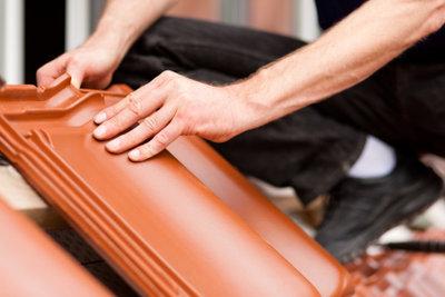 Beim Austauschen von Dachziegeln sollten Sie im Zweifelsfall einen Fachmann zu Rate ziehen.
