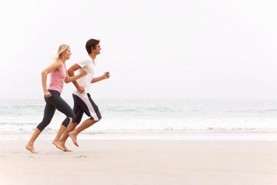 Eine halbe Stunde joggen zum Abnehmen halten Sie leichter durch, wenn Sie zu zweit joggen.