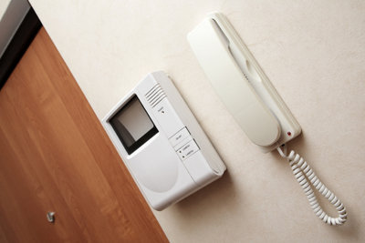 Mit einer Gegensprechanlage können Sie kontrollieren, wer Haus oder Grundstück betritt.