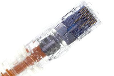 Mit einem Netzwerkkabel lässt sich am Laptop eine Netzwerkverbindung herstellen.
