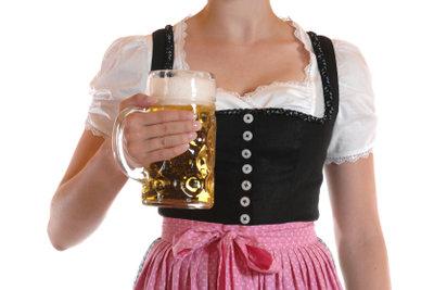 In einem schönen selbstgenähten Dirndl schmeckt das Bier doppelt so gut.
