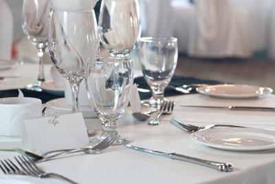 Tischkarten weisen den Gästen nicht nur Ihre Plätze, sondern peppen auch die Tischdekoration auf.