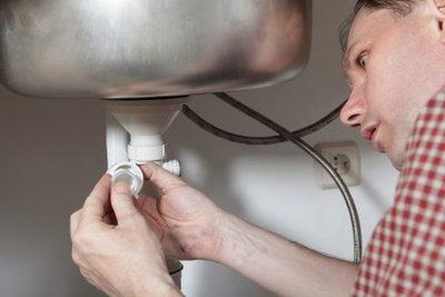 So bekommen Sie das Rohr an Ihrem Abfluss wieder dicht.