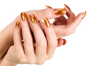 Lackierte Fingernägel sollten ab und an auch wieder ablackiert werden.