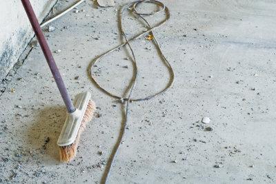 Mit Ausgleichsmasse bereiten Sie den unebenen Fußboden auf weitere Renovierungsmaßnahmen vor.