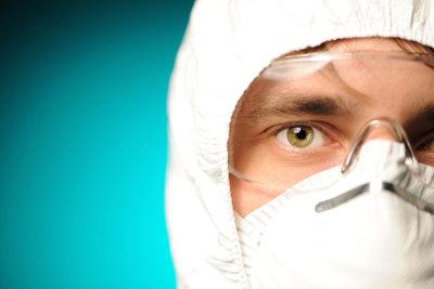 Beim Lackieren des Motorrades müssen Sie Schutzkleidung tragen.