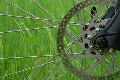 Scheibenbremsen am Fahrrad lassen sich leicht justieren.