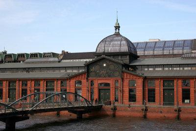 Besuchen Sie den Fischmarkt in Hamburg.
