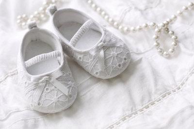 Die ersten Schuhe zur Taufe sind ein gutes Patengeschenk.