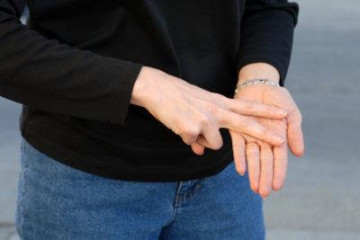 Für die Gebärdensprache erlernen Sie unter anderem Handzeichen.