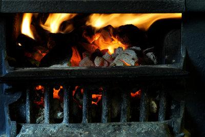 Bauen Sie Ihren Holzofen selber. Das Feuer gibt den Backwaren den Geschmack.