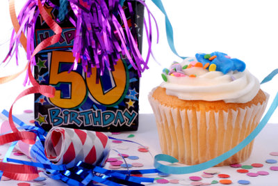 Eine tolle Dekoration zum 50.Geburtstag ist schnell und einfach selbst gemacht.