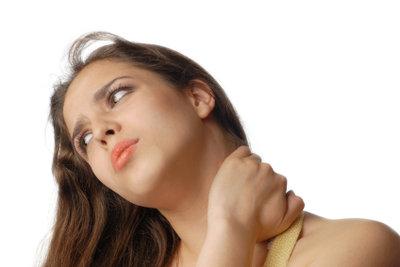 Wenn Sie eine verspannte Halsmuskulatur haben, können Nackenstützkissen helfen.