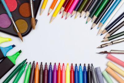 Um Bilder von Osterhasen zu malen, brauchen Sie Papier und Stifte - aber kein großes Talent!