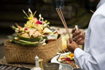 Ob auf Bali oder in Deurtschland: Blumen gehören zu jeder Beisetzung.