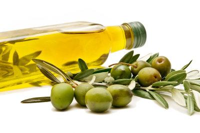 Olivenöl kann dazu beitragen, den Cholesterinspiegel im Blut zu senken.