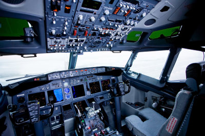 Bei einem Flugsimulator ist es fast als würden Sie in einem echten Flugzeug sitzen.