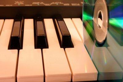 Um Musik von einem E-Piano auf CD brennen zu können, muss es zuvor an den PC angeschlossen werden.